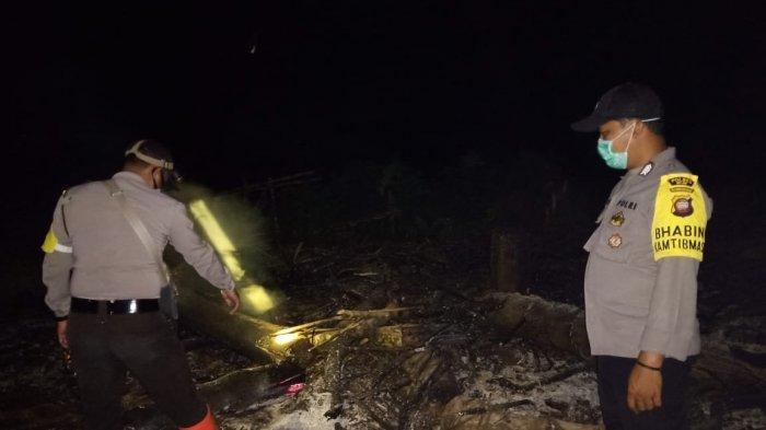 Terdapat 15 Titik Api, Kapolsek Kota Baru dan Personel Datangi Lahan yang Terbakar hingga Malam Hari
