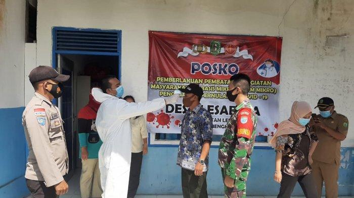 Petugas Posko PPKM Mikro Kecamatan Ledo Lakukan Pemeriksaan Kesehatan dan Cek Suhu Tubuh Warga