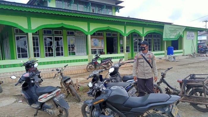 Personel Polsek Ledo Ledo Berikan Pengamanan Shalat Jumat Masjid Darul Fikri Desa Lesabela