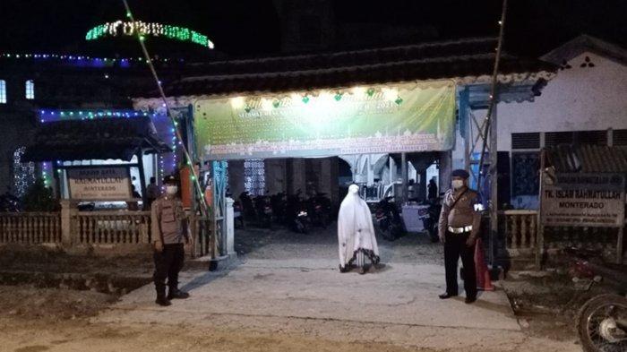 Personel Polsek Monterado Pastikan Pelaksanaan Sholat Tarawih Menerapkan Prokes Covid-19