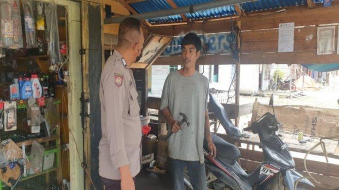 Anggota piket patroli Bripka Dwi Santoso sambangi warga disebuah bengkel memberikan imbauan tentang covid-19 serta mengingatkan agar disiplin prokes, Sabtu 10 Juli 2021