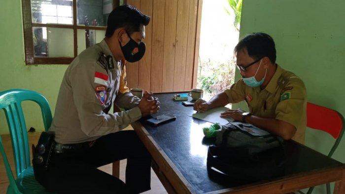 Sambangi Kantor Desa, Ini yang Disampaikan Personel Polsek Sekayam Brigpol Denis Ardiansyah