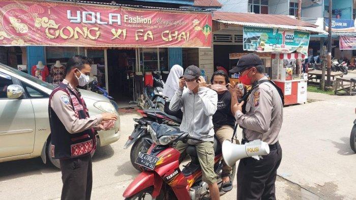 Jajaran Polsek Sepauk Turun ke Pasar Bagi Masker dan Ingatkan Warga Agar Disiplin