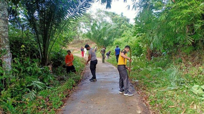 Jumat Bersih, Polsek Batang Tarang Laksanakan Kerja Bakti Bersama di Lingkungan Pemakaman Desa Hilir