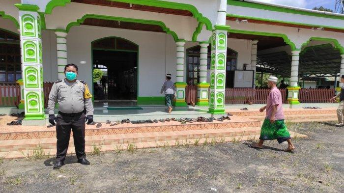 Personel Polsek Samalantan Beri Pengamanan Sholat Jumat di Masjid Al Fatwa