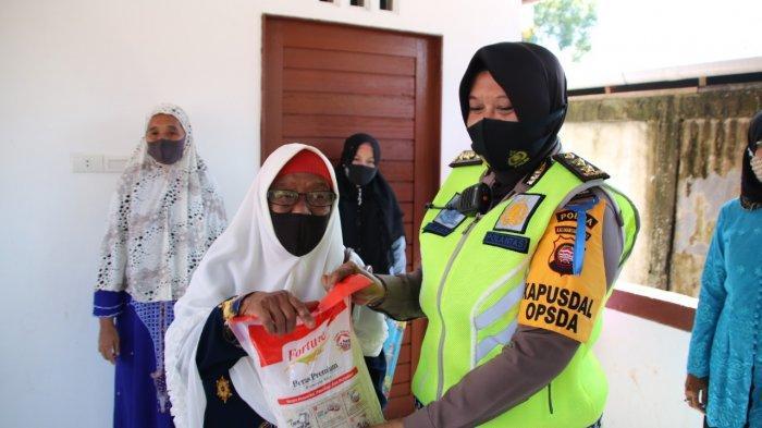 Memperingati Hari Kartini, Polwan Polda Kalbar Bagikan Sembako kepada Warga