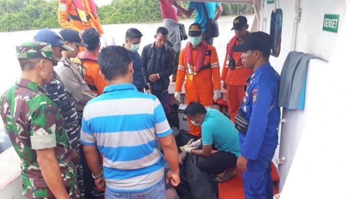 TNI AL Muara Kubu Bantu Cari Orang Hilang di Sungai Kapuas