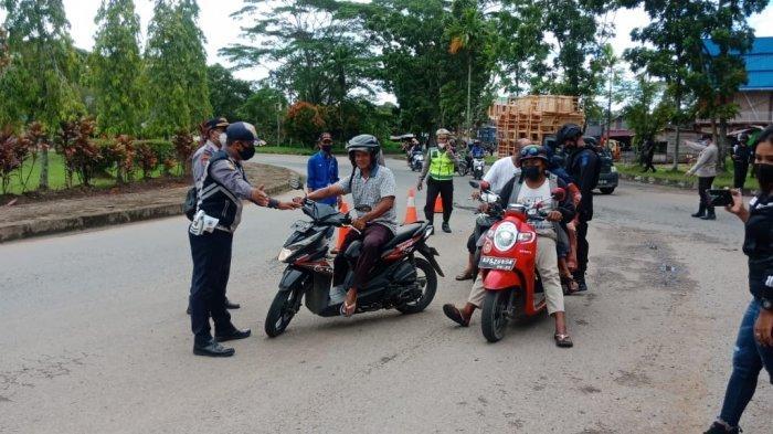 Personel Kepolisian Sektor Sungai Ambawang, Anggota Koramil Sungai Ambawang, Tenaga Medis dari Dinas Kesehatan dan Puskesmas Sungai Ambawang, Dinas Perhubungan saat siaga di jalan raya, dekat posko penyekatan mudik, Jumat 7 Mei 2021