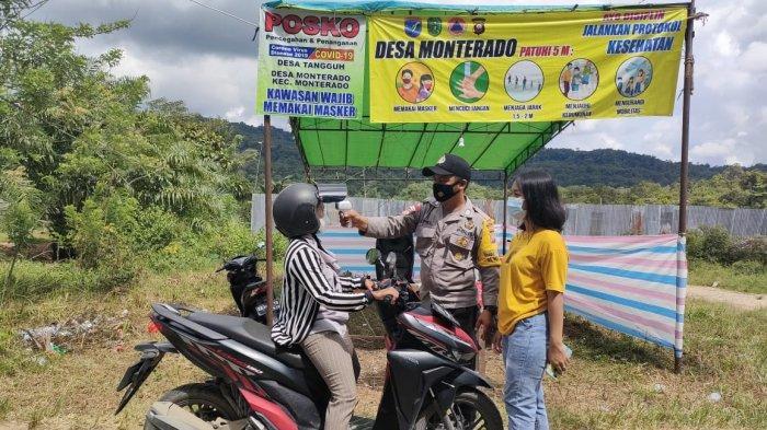 Bhabinkamtibmas Polsek Monterado Periksa Kelengkapan Prokes Masyarakat di Posko PPKM Mikro