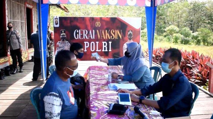 Polsek Bersama DAD Sungai Ambawang Gelar Vaksinasi Presisi Polri di Rumah Betang Desa Lingga