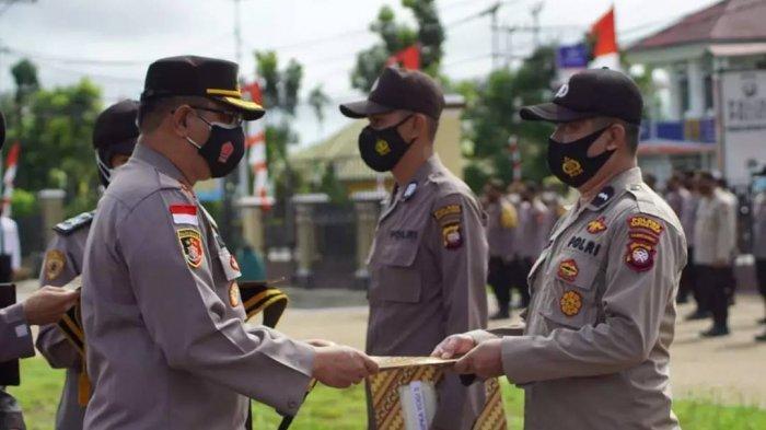 Kapolres Kapuas Hulu Berikan Penghargaan Kepada Empat Personel Berprestasi