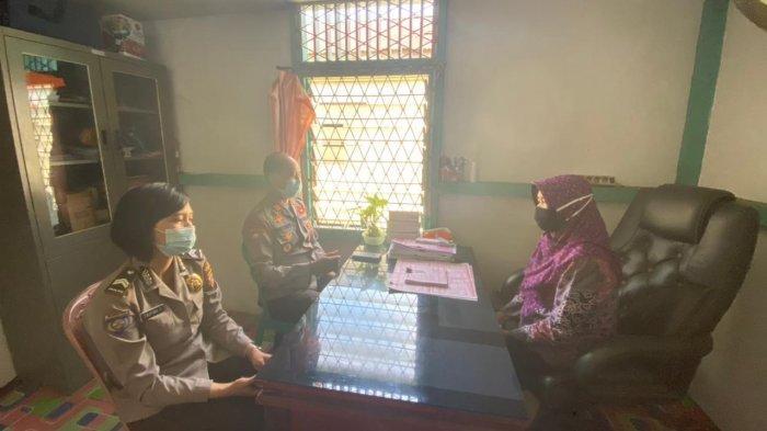 Kasatbinmas Polres Sanggau AKP Priyono bersama anggota melaksanakan koordinasi dengan Kelurahan terkait penerapan PPKM Mikro dan Himbauan larangan mudik, Jumat 23 April 2021.