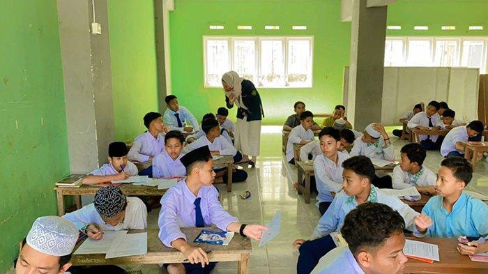 Program Studi Bimbingan dan Konseling IKIP PGRI Pontianak gelar kegiatan diTengah Masa Adaptasi Kebiasaan Baru di MTs Mathlaul Anwar Pontianak, Selasa 31 Agustus 2021.