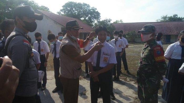 Personel Polsek Sungai Raya Kepulauan, Babinsa & Satgas Covid-19 Sosialisasi Prokes ke Sekolah