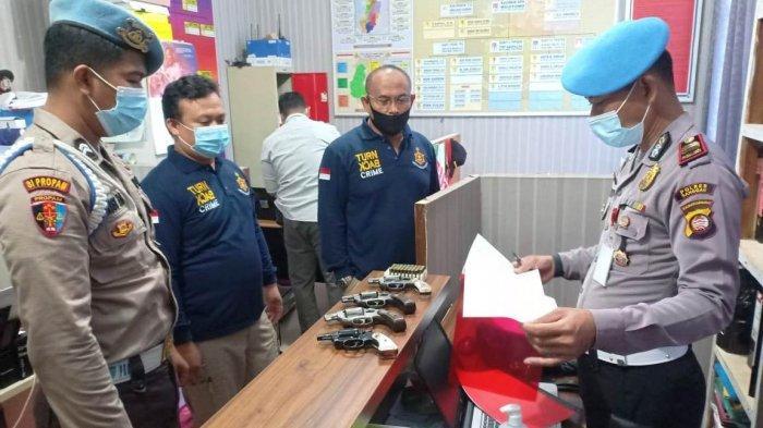 Propam Polres Sanggau melakukan pemeriksaan terhadap Senpi Organik Polres Sanggau, Selasa 19 Januari 2021
