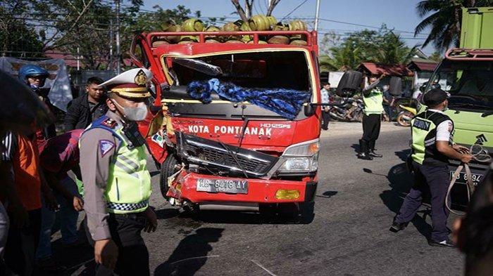 Proses Evakuasi Korban kendaraan Kecelakaan lalu lintas antara 2 truk di jalan Adisucipto Kota Pontianak, Jumat 26 Februari 2021, file Polresta Pontianak.