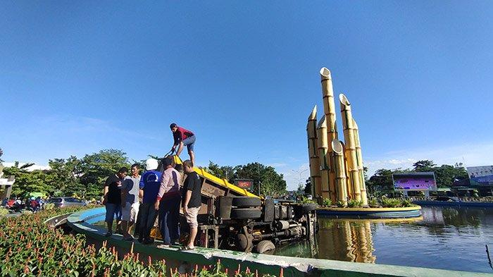 Proses Evakuasi Truk sampah yang masuk ke air mancur bundaran tugu Digulis Pontianak, Senin 7 Juni 2021.