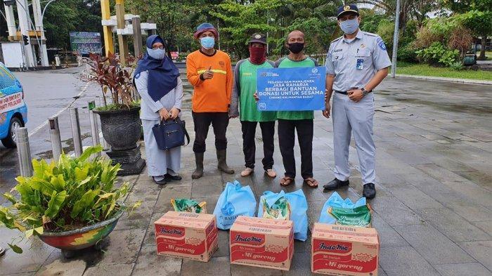 Bantu Sesama, Jasa Raharja Kalbar Bagikan 100 Paket Sembako dari Donasi Pegawai