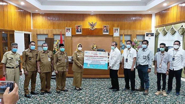 Bupati Erlina Terima Secara Simbolis 2620 Paket Sembako dari PT Pelindo II Terkait Program CSR