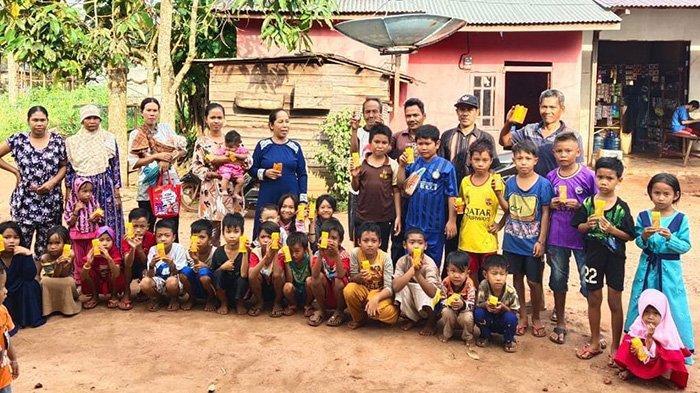 PT WHW Menyalurkan Bantuan Makanan untuk Gizi Tambahan bagi Balita di Desa Mekar Utama, Kecamatan Kendawangan, Kabupaten Ketapang, Kalimantan Barat.