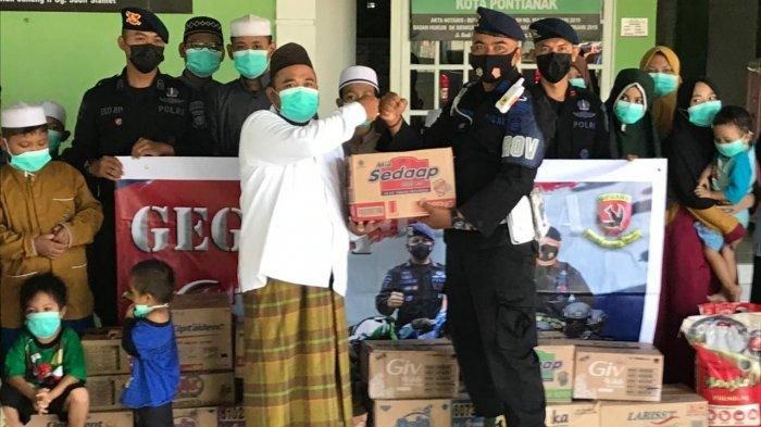 Personel Satbrimob Polda Kalbar melaksanakan Bhakti Sosial di Panti Asuhan Ar-Ridho yang berada di Gg. Teluk Batang, Siantan Hilir, Pontianak Utara