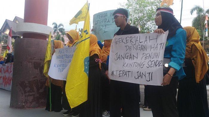 BREAKING NEWS - Massa PMII Sintang Gelar Aksi di Depan Gedung DPRD Sintang