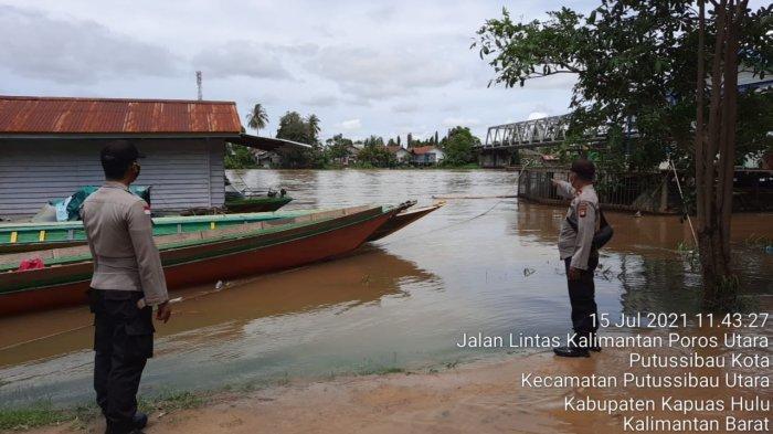 Kapolsek Bersama Anggota Monitoring Batingsor di Daerah Hukum Polsek Putussibau Utara