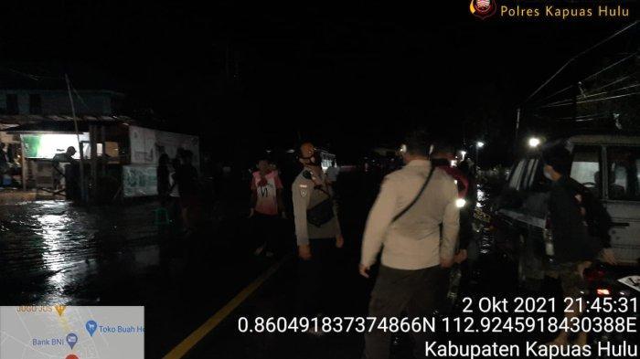 Kapolsek Sutikno Bersama Personel Atur Lalulintas saat Terjadi Kemacetan di Jembatan Sungai Kapuas