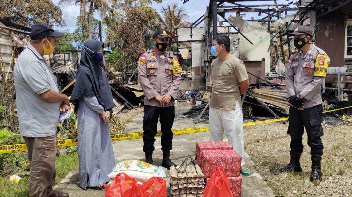Serahkan Bantuan kepada Korban Kebakaran, Kapolsek Faldo: Semoga Meringankan Beban Para Korban