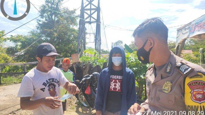 Cegah Covid-19, Sejumlah Polsek Jajaran Polres Kapuas Hulu Bagikan Masker pada Warga