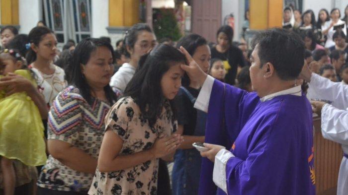 Terima Abu, Umat Katolik Masuki Masa Pra-Paskah