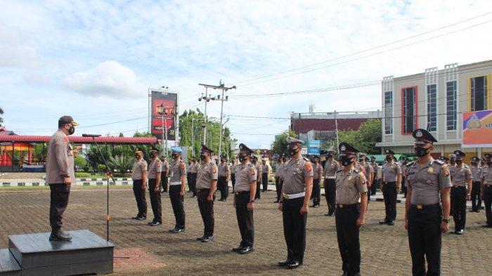 Kapolres Sanggau AKBP Raymond M. Masengi, S. IK, MH memimpin upacara kenaikan pangkat 102 personel, Jumat 1 Januari 2021
