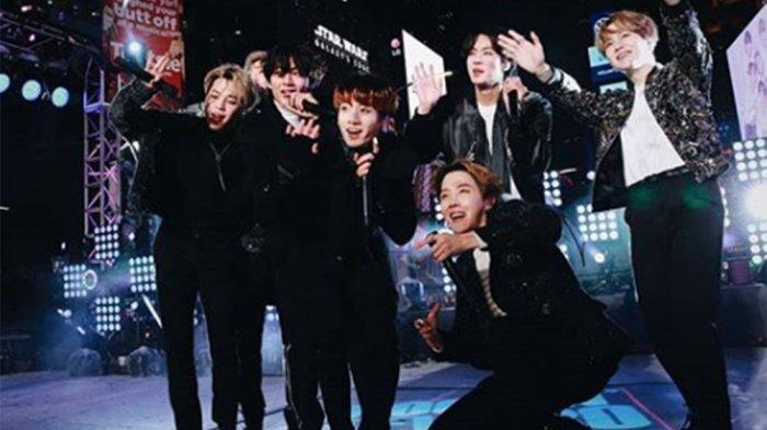 Reaksi Menggemaskan V BTS saat Senyum Terbaiknya 'Tak Diacuhkan', Kameramen Malah Soroti Jungkook