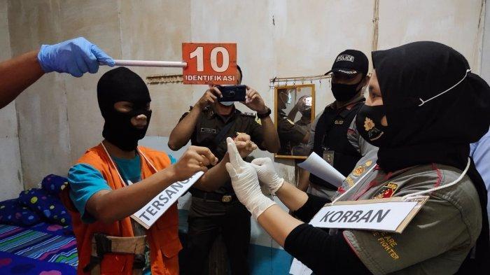 Kepolisian Resor Melawi menggelar rekonstruksi pembunuhan terhadap TPR yang tewas mengenaskan di lantai dua Losmen Jaya Indah, Jalan Melati, Desa Tanjung Niaga, Nanga Linoh, Melawi, Selasa (8/9/2020).