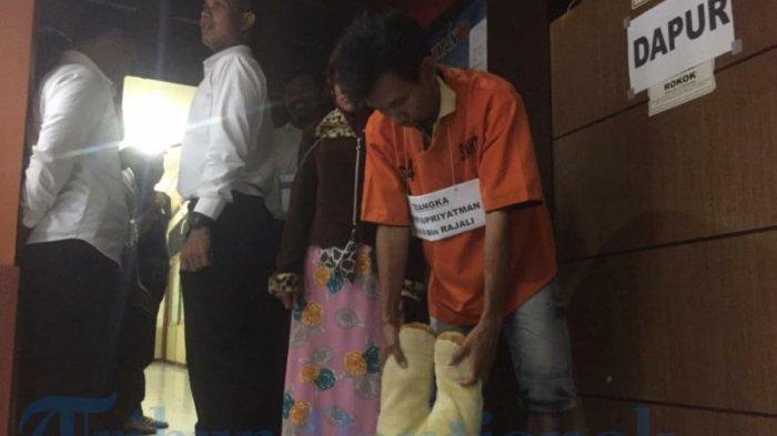Mapolresta Pontianak Gelar Rekonstruksi Penganiayaan Putri Aisyah Hingga Tewas Oleh Ayah Kandung - rekonstruksi-05.jpg