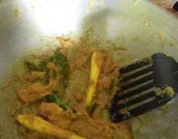Resep Opor Ayam Kuning. Langkah 2 tumis bumbu halus, daun salam, daun jeruk, serai dan lengkuas sampai harum.