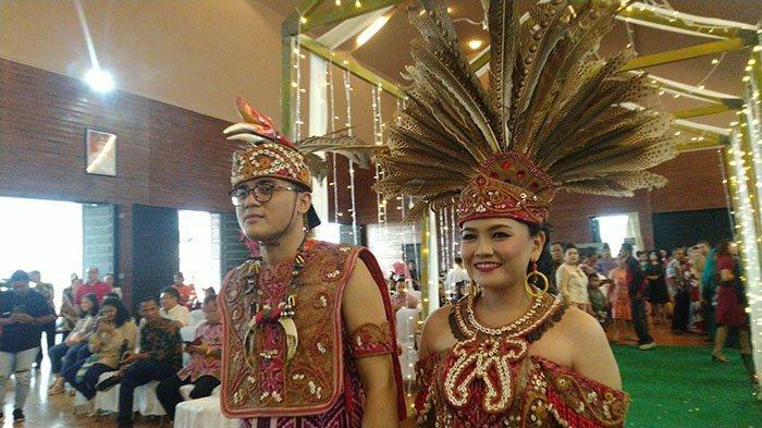 Menikah dengan Adat Dayak, Pasangan Theo-Maria Hadiahi 1500 Souvenir Bibit  Tanaman ke Tamu Undangan - Tribunpontianak.co.id