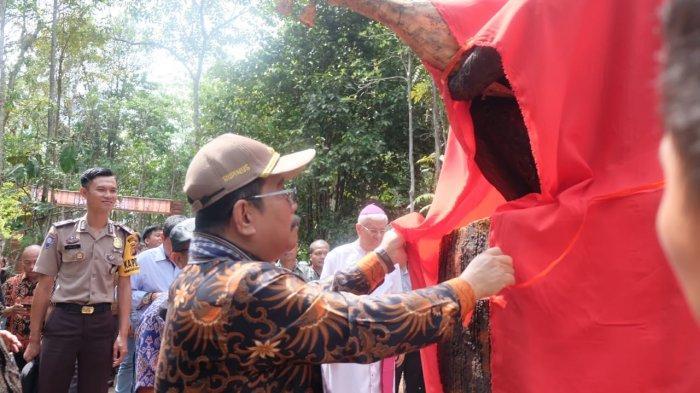 Bupati Rupinus dan Uskup Sanggau Resmikan Goa Maria dan Taman Kelempiau Keling Kumang