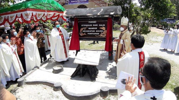 Uskup Agung Pontianak Mgr Agustinus Resmikan Paroki St Paulus dari Salib Mandor