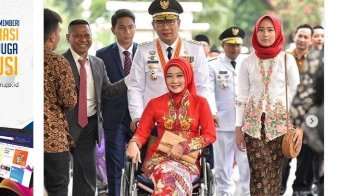 Gubernur Ridwan Kamil Dorong Atalia Praratya yang Duduk di Kursi Roda di Acaran Pelantikan