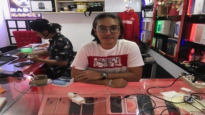 Berawal dari Hobi, Kini Radja Gadget Jadi Pusat Jual beli Gadget di Pontianak - riko-tunjukan-hp-di-radja-gadget.jpg