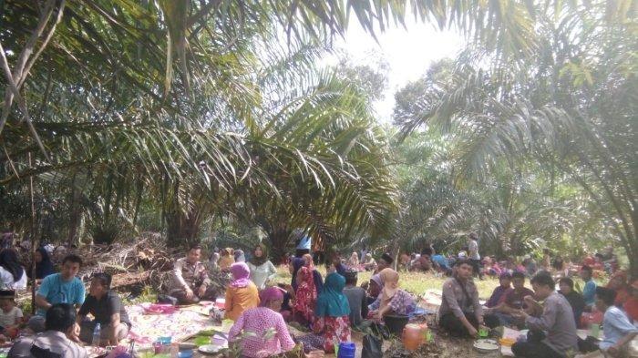Kapolsek Nanga Mahap Sosialisasikan Prokes pada Masyarakat di Acara Robo-robo di Desa Tembesuk