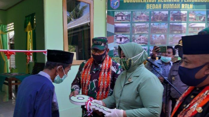 Danrem Serahkan Bantuan Bedah Rumah di Kuala Secapah, Ronny: Semoga Bantuan Ini Bermanfaat