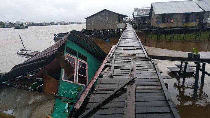 Terungkap! Rumah Yang Roboh di Pinggir Sungai Kapuas Dihantam Tongkang