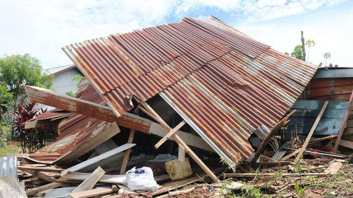 BREAKING NEWS: Truk Tabrak Rumah Warga di Sekadau, Rusak Parah!