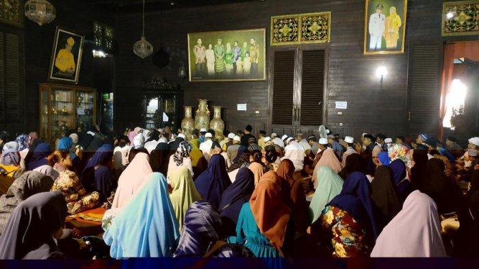 Ratusan Orang Melayat ke Kediaman Morkes untuk Berikan Doa dan Ucapan Belasungkawa