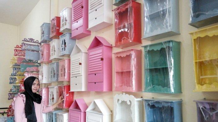 Rak Gantung Unik Untuk Dekorasi Dinding Bergaya Shabby Chic di Rumah Shabby
