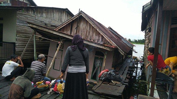 BREAKING NEWS - Rumah Warga di Pontianak Timur Roboh Diterjang Angin Kencang