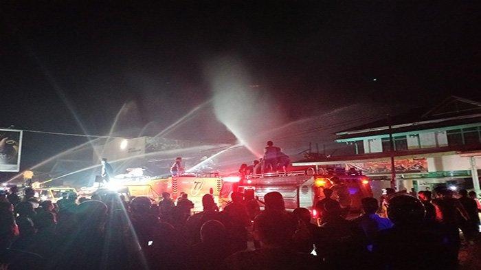 Kurang Lebih Dua Jam, Si Jago Merah yang Membakar Ruko Depan Terminal Mempawah Berhasil Dijinakkan