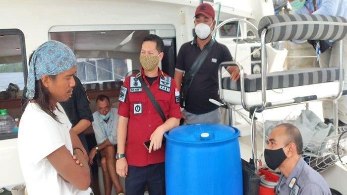 Anggota Polres Sambas saat melaksanakan evakuasi terhadap Kapal Madimoo milik WNA asal Afrika Selatan, yang kandas di perairan Paloh, Kecamatan Paloh, Kabupaten Sambas, Kalimantan Barat.